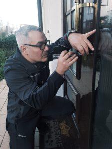 Thomas Schlüsseldienst beim Öffnen einer Tür in Ulm